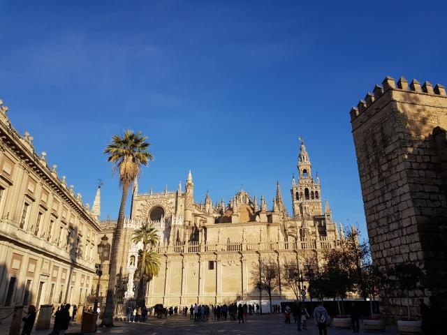 Plaza del Triunfo - vue sur la Cathédrale, la Giralda et une muraille du Real Alcazar - © Thia