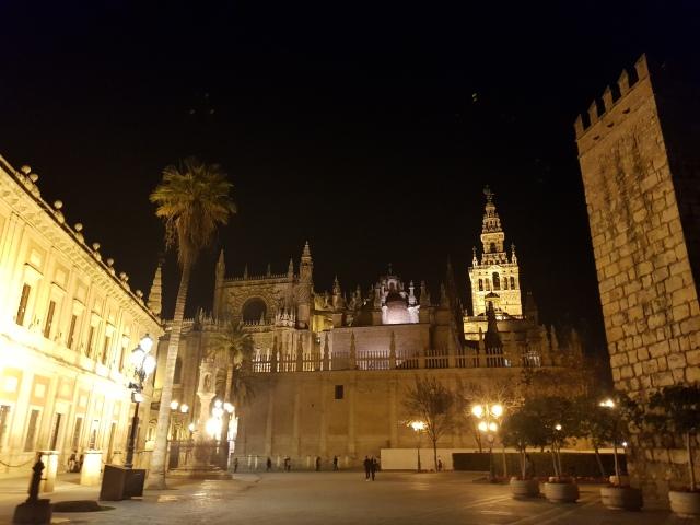 Plaza del Triunfo de nuit - vue sur la Cathédrale, la Giralda et une muraille du Real Alcazar - © Thia